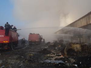 Pompierii inca lucreaza pentru lichidarea incendiilor din Ploiesti