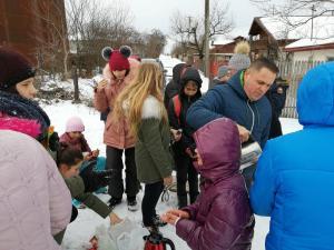 Copiii din Baicoi au iesit cu clasa la sanius. Primarul le-a oferit ceaiuri calde si dulciuri - FOTO