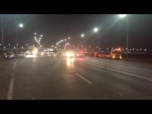 FOTO/VIDEO: Un autobuz, un microbuz, ambele cu călători, și o mașină, implicate într-un accident produs în zona sensului giratoriu suspendat de la Păulești