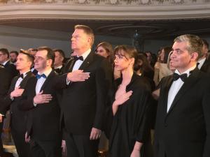 """Klaus Iohannis a primit distincția """"Garantul democrației"""" din partea Tineretului liberal - VIDEO/FOTO"""