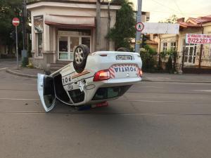 UPDATE: Politistul era baut! Masina de politie, rasturnata in zona centrala a Ploiestiului. Vezi cum s-a produs accidentul!