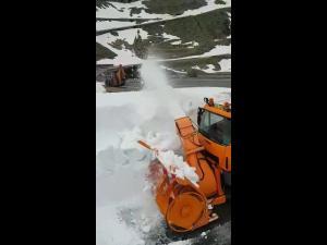 VIDEO Strat de zăpadă de  5-6 metri grosime, pe alocuri pe Transfăgărășan