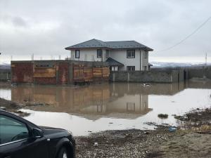 Curți și locuințe inundate, în Prahova