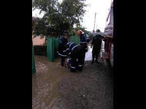 ISU Prahova: Bilantul zilei de luni: unde au fost probleme cu inundatiile in judet, cum au intervenit pompierii