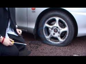 Un câmpinean a fost reținut, bănuit fiind de distrugerea anvelopelor a nouă autovehicule și furt