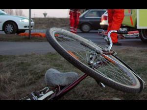 Biciclist lovit, în Ploiești, de un șofer care nu s-a asigurat