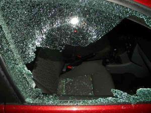 Un prahovean a spart geamurile unei pensiuni și ale unor mașini, fiind acuzat și de tâlhărie