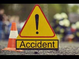 Accident la Măneciu. O mașină a intrat într-un cap de pod