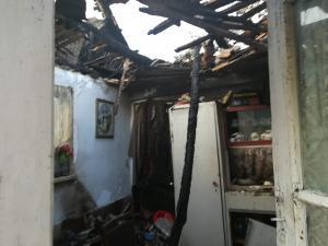 Strigăt de ajutor: casuta unor batrani din Prahova, mistuită de foc