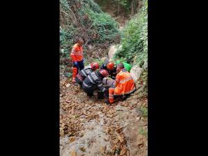 FOTO/VIDEO Un bărbat a căzut într-un fost canal de irigații, în Valea Călugărească. Pompierii au intervenit