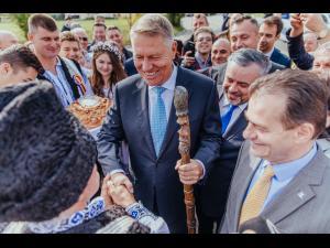 """Klaus Iohannis: """"Lipsa de infrastructură ucide. Nepăsarea criminală a PSD-iştilor costă vieţi."""" Aflat la Iași, președintele a promis că viitorul guvern liberal va construi autostrada spre Moldova"""