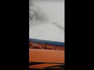 FOTO/VIDEO Drumarii intervin pe Transfăgărășan unde s-a depus zăpadă pe șosea