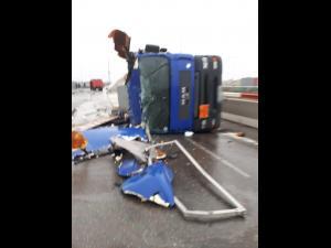 Autocisternă răsturnată în Parcul Industrial Ploiești. Sunt scurgeri de motorină! Au fost chemați și cei de la Garda de Mediu!