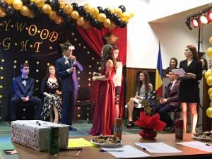 """FOTO Momente emoționante în Comarnic, la Balul Bobocilor Liceului `Simion Stolnicu`/Bobocii au strălucit la """"Hollywood Night"""""""