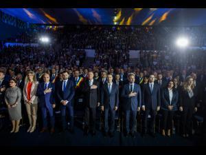 Klaus Iohannis a explicat, la Ploiești, de ce este important ca românii să meargă la vot pe 24 noiembrie. În prima parte a vizitei sale la Ploiești, președintele a plantat un stejar