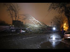 Rafalele de vânt puternice au cauzat probleme noaptea trecuta in Prahova. Cum au actionat pompierii