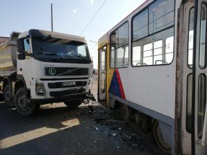 Accident intre un tramvai plin cu calatori si o autobasculanta, in Ploiesti