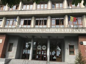 Laboratorul de informatică al Colegiului Național Mihai Viteazul din Ploiești a fost jefuit. Unul dintre suspecti, un tânăr de 19 ani, a fost retinut