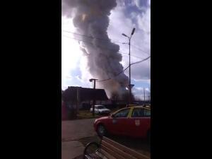 VIDEO Mesaj Ro Alert, trimis pentru Bucov. Un incendiu puternic s-a extins de la o masina