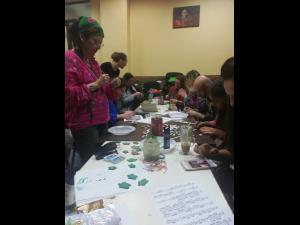 Artistii de la Filarmonica Ploiesti, ajutor dat copiilor orfani/Au confectionat martisoare pe care le vand iar banii ii vor dona