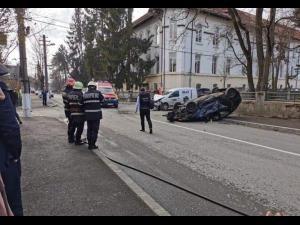 FOTO Accident în Câmpina/O mașină s-a răsturnat
