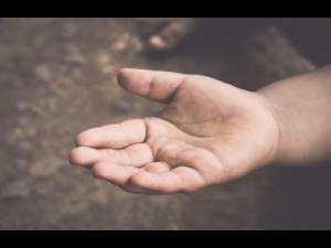 O femeie din Ploiesti s-a ales cu dosar penal pentru folosirea unui minor în scop de cerșetorie