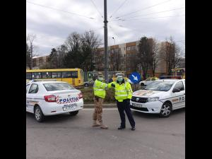 """FOTO Baza 2 Logistică """"Valahia"""": *Nu sunt restricţii, sunt metode de întrajutorare*/Militarii au fost scoși în stradă"""