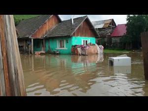 Zeci de gospodării, inundate în județul Brașov