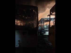 FOTO Trei autocare, incendiate în Târgoviște/Polițiștii au deschis dosar penal