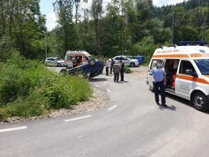 FOTO Grav accident în Sinaia/O mașină s-a răsturnat iar 4 copii au fost transportați la spital