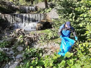 FOTO Acțiune de ecologizare la Bușteni în zona str. Telecabinei din Bușteni și traseul Cascada Urlătoare
