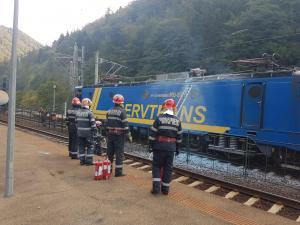 FOTO/ALERTĂ. O locomotivă a luat foc în gara din Sinaia