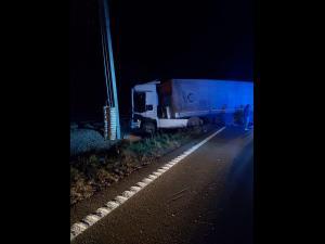 Accident în Nistorești/Un camion a ajuns pe calea ferată, cabina fiind acroșată de un tren