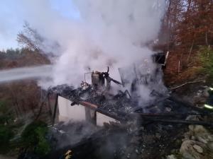 FOTO O casă a fost cuprinsă de flăcări în Vâlcănești