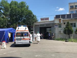 Scandal, aseara, in curtea Spitalului Judetean Prahova, provocat de rudele unui pacient. A fost nevoie de interventia fortelor de ordine!