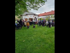 FOTO Credincioșii au mers în număr mare la Mănăstirea Ghighiu/Jandarmii asigură ordinea publică