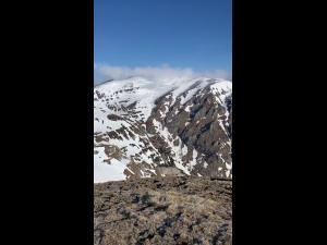 FOTO Un tânăr a supraviețuit pe munte după ce a săpat un adăpost