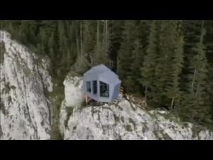 FOTO: Două refugii montane panoramice au fost amplasate în premieră în România în Parcul Naţional Cheile Bicazului-Hăşmaş