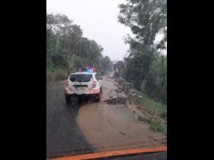 Circulație afectată în Brașov, în Moeciu de Sus și Fundata, după ce aluviuni au ajuns pe drum