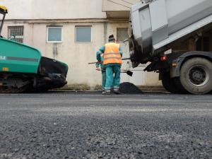 Continuă asfaltările la Băicoi! În curând, va fi turnat asfalt și pe strada Postăvarul
