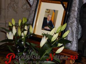 Vizitatorii români și străini ai Castelului Peleș din Sinaia semnează în cartea de condeleanțe deschisă astăzi, după decesul Regelui Mihai - VIDEO/FOTO