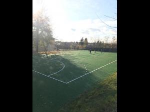 Un nou teren de sport sintetic pentru elevii orașului Băicoi, dar și pentru localnici. Accesul este gratuit. Ce spune primarul orașului despre această investiție - VIDEO