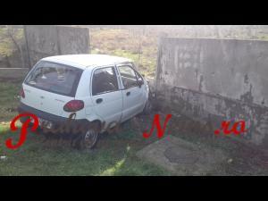 VIDEO EXCLUSIV - O șoferiță a intrat cu mașina într-un gard de beton, la Brazi