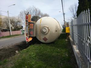 Cisterna incarcata cu gaz petrolier lichefiat, rasturnata in zona Liceului Teleajen din Mihai Bravu - FOTO