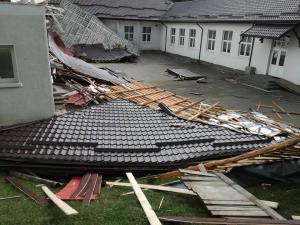 Scoala din Poiana Tapului, ramasa fara acoperis in urma unei vijelii - FOTO/VIDEO