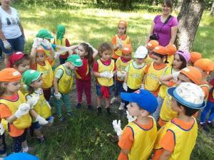 Copiii din Baicoi au imbinat placutul cu utilul. Au participat la o actiune sportiva in padure, dar au strans si gunoiale din zona
