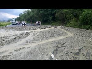 Trafic blocat de aluviuni, la Nistoresti pe DN 1
