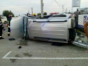 O masina s-a rasturnat in aceasta dimineata pe DN1 A. Trei persoane au ajuns la spital - FOTO