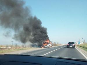 Un microbuz a luat foc, in Paulesti