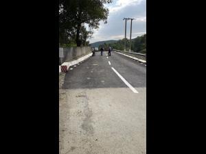 Un drum din Lapos afectat de alunecarile de teren a fost refacut de Consiliul Judetean Prahova